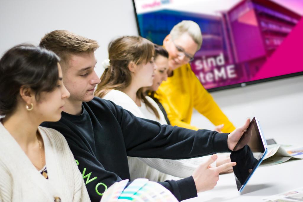 Kreatives Team-Meeting bei createME – der Inhaus-Agentur des Medienhauses Main-Echo